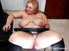 XXX matured blonde shows how she masturbate