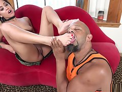 Mia Austin takes her flipflops off and gets her frontier fingers eaten out by a black bull